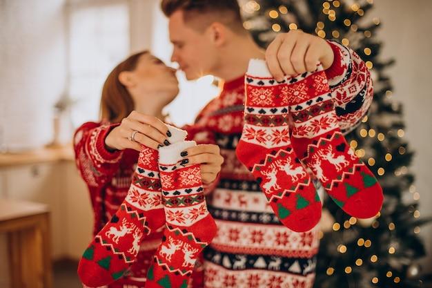 Paar, das weihnachtspullover zusammen trägt