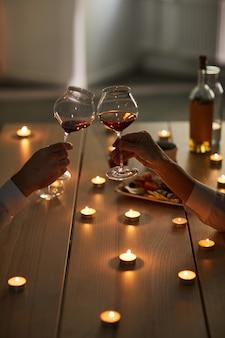 Paar, das wein am romantischen datum trinkt