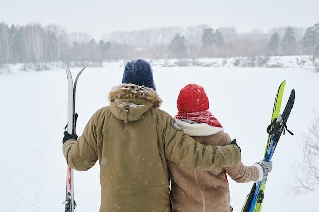 Paar, das winterblick betrachtet