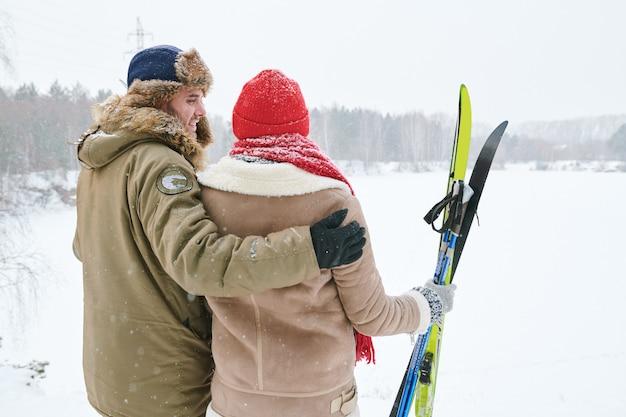 Paar, das winterblick genießt