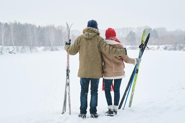 Paar, das winterwald betrachtet