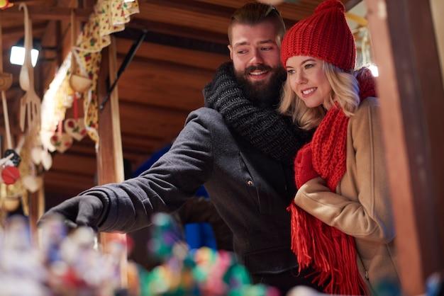 Paar, das zeit auf weihnachtsmarkt verbringt