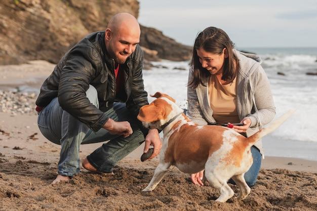 Paar, das zeit mit hund genießt