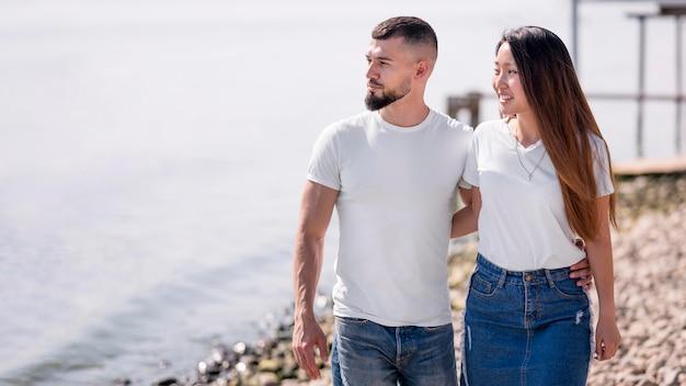 Paar, das zusammen am strand spazieren geht