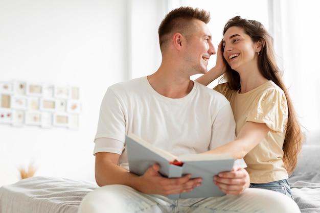 Paar, das zusammen ein buch liest