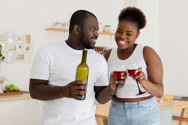 Paar, das zusammen etwas wein trinkt