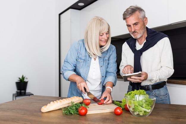 Paar, das zusammen in der küche kocht