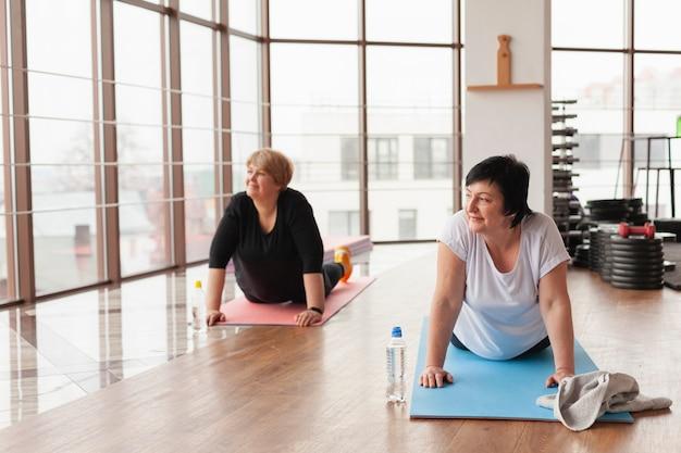 Paar, das zusammen yoga macht
