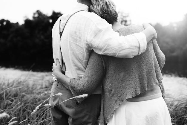 Paar-ehefrau-ehemann, der entspannungs-liebes-konzept datiert