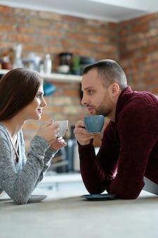 Paar einen kaffee trinken