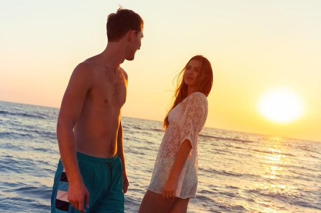 Paar einen spaziergang am strand