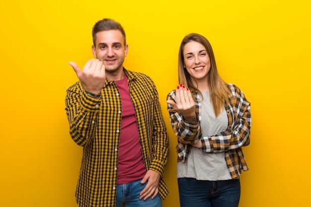 Paar einladen, mit der hand zu kommen