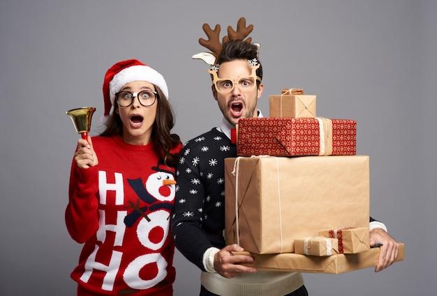 Paar erinnert an die zeit, die zu weihnachten vergeht