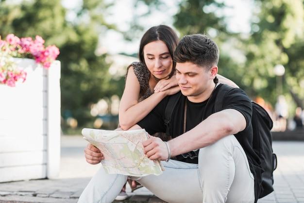 Paar erkunden stadtplan