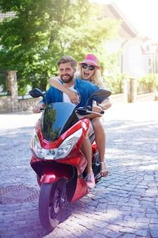 Paar fährt schnell auf einem roller