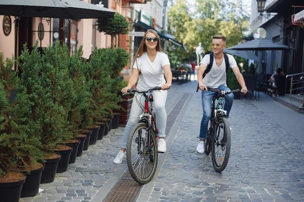 Paar fahrradfahren in der sommerstadt