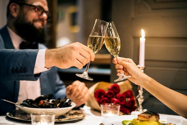 Paar feiern den valentinstag zusammen