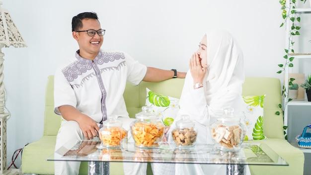 Paar feiern eid zusammen beim genießen