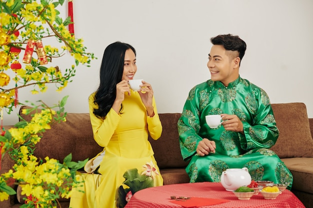 Paar feiert chinesisches neujahr