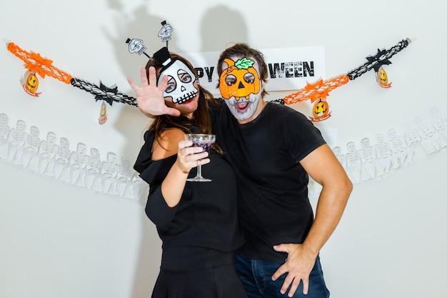 Paar feiert halloween.