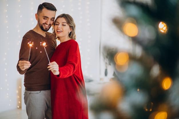 Paar feiert weihnachten zusammen zu hause