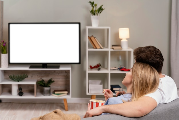 Paar fernsehen und popcorn essen