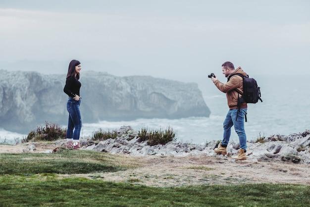 Paar fotografieren auf einer klippe