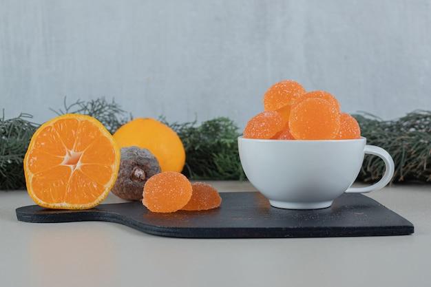 Paar frische orangen mit zuckerhaltigen marmeladen.