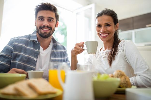 Paar frühstückt