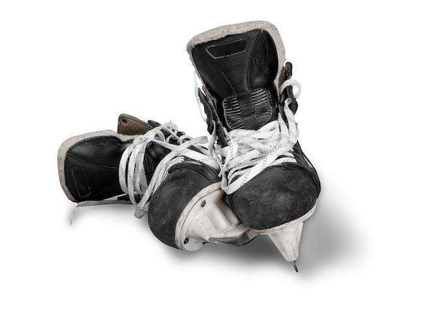 Paar gebrauchte schwarze eishockeyschlittschuhe, isoliert auf transparentem hintergrund