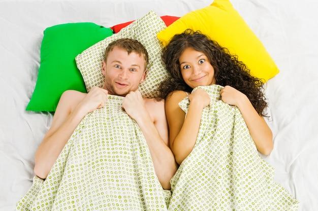Paar gefangen im schlafzimmer