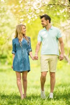 Paar gekleidet lässig spaß im sommer park.