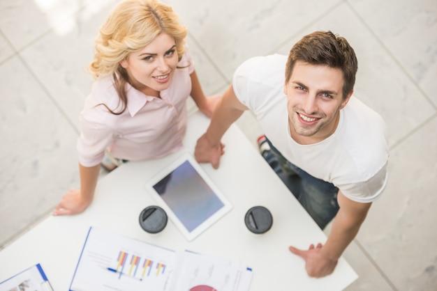Paar gekleidet lässig zusammen an projekt arbeiten.