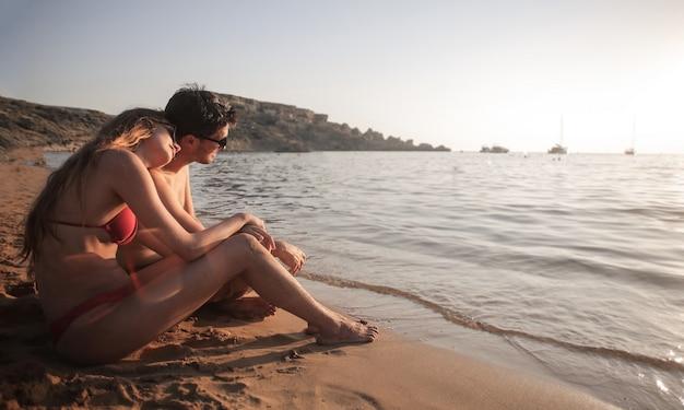 Paar genießen einen sonnenuntergang