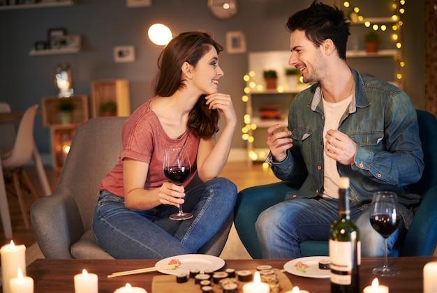 Paar genießt den abend mit einem glas wein