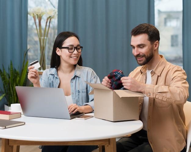 Paar genießt die online-bestellung, die sie erhalten haben