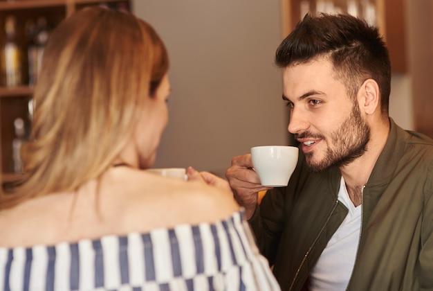 Paar genießt die zeit mit einer tasse kaffee