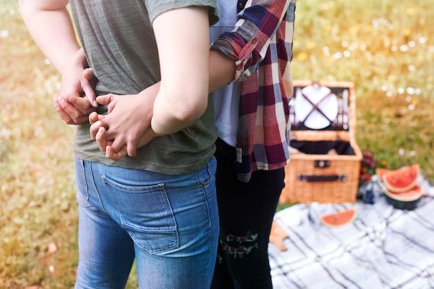 Paar genießt ein picknick im park