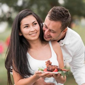 Paar genießt grillen im freien