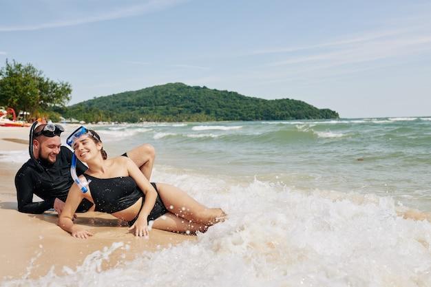 Paar genießt meereswellen