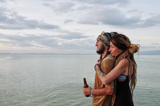 Paar genießt seelandschaft