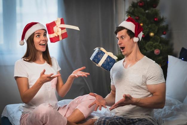 Paar geschenke in die luft werfen