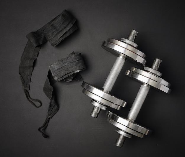 Paar glänzende stahlhanteln für bodybuilding