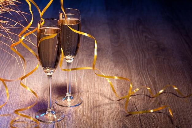 Paar gläser champagner