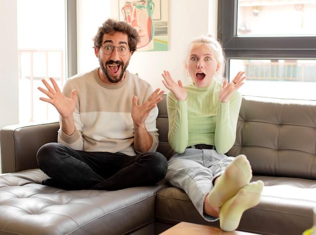 Paar glücklich, aufgeregt, überrascht oder schockiert, frau lächelt und erstaunt über etwas unglaubliches