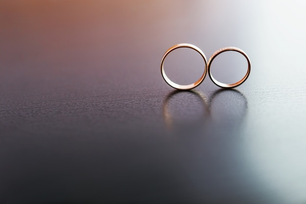 Paar goldene hochzeit ringe mit diamanten
