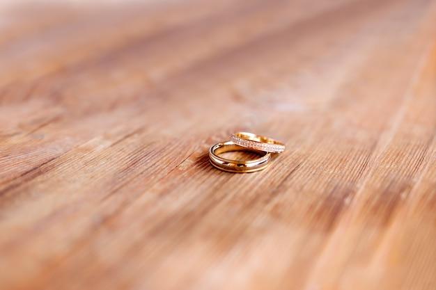 Paar goldene hochzeit ringe