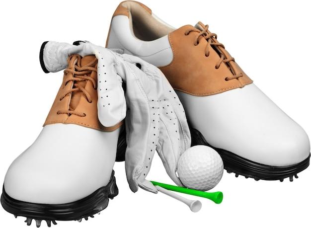 Paar golfschuhe, ball und tees isoliert auf weißem hintergrund