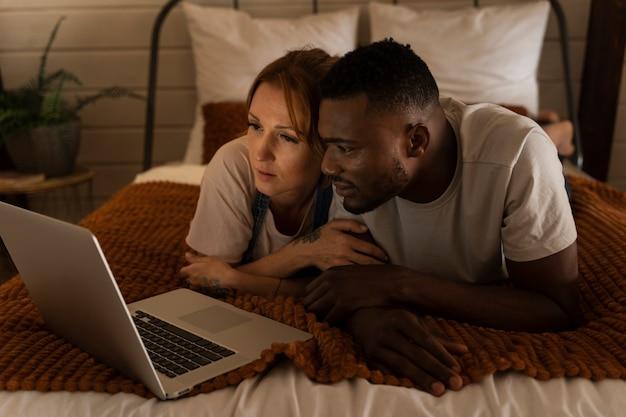 Paar guckt zusammen netflix im schlafzimmer