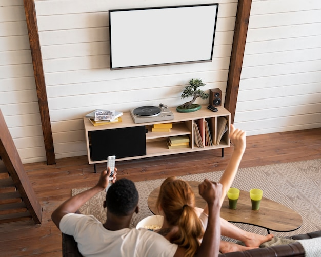 Paar guckt zusammen netflix im wohnzimmer
